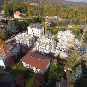 Kräne und Wohnungsgebäude von oben